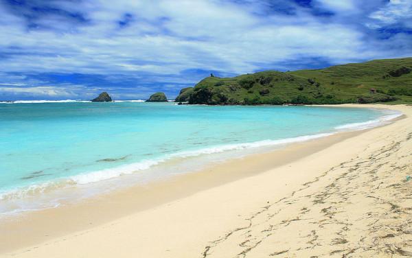 Pantai-Tanjung-Aan-di-Lombok-600x376